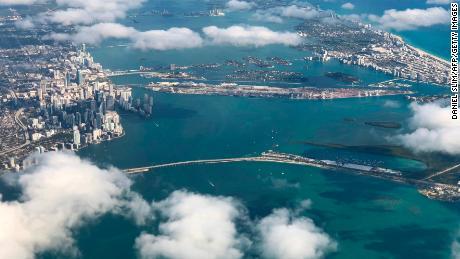 Pemandangan pusat kota Miami dan Pantai Selatan dari sebuah pesawat menunjukkan perkembangan pantai lautan di masa lalu.