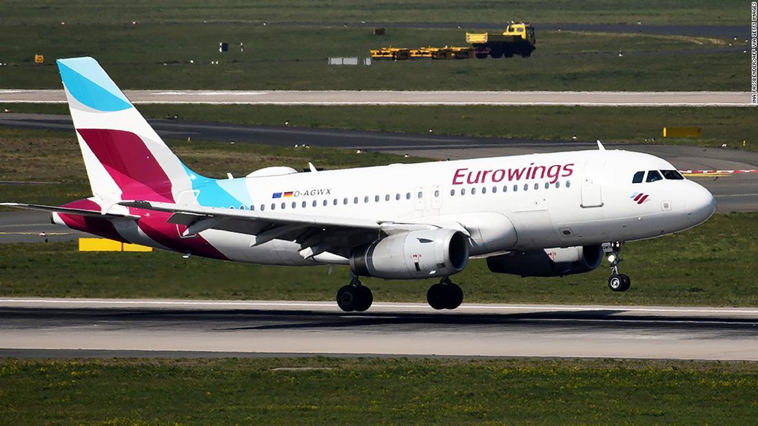 Maskapai melanjutkan penerbangan ke Italia (tetapi berbalik ketika bandara ditutup)