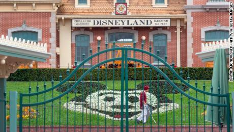Disney menghadapi masa depan yang tidak diketahui karena coronavirus menggeliat-geliat kerajaan medianya