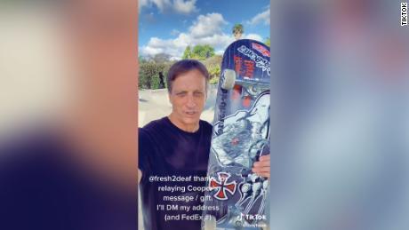Pemain skateboard pro Tony Hawk memposting video ke TikTok sebagai tanggapan terhadap Farrar.