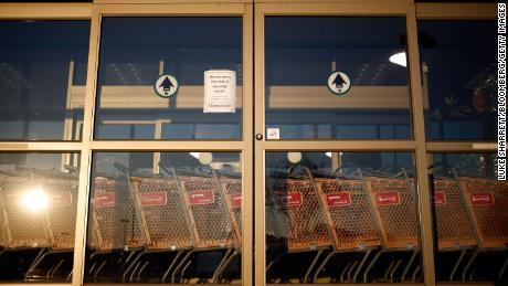 Penjualan TJ Maxx jatuh kuartal terakhir selama shutdown. Tapi itu sudah menunjukkan tanda-tanda akan kembali.