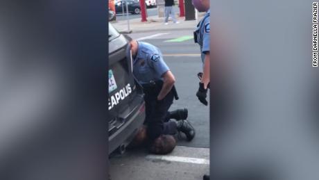 4 polisi Minneapolis menembak setelah video menunjukkan satu berlutut di leher pria kulit hitam yang kemudian meninggal