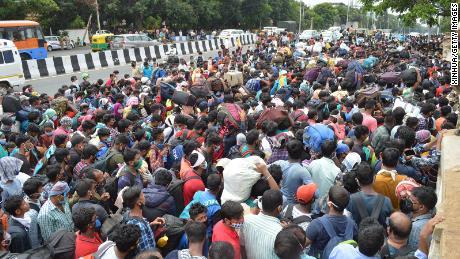 Pekerja migran menunggu untuk naik bus selama penguncian coronavirus di Bengaluru pada 23 Mei 2020.