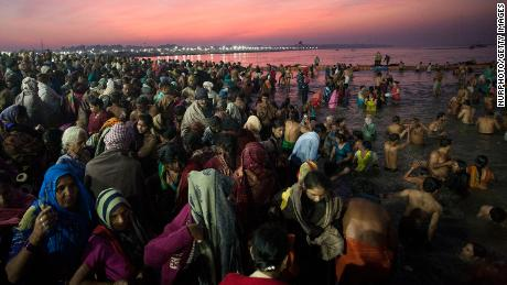 Orang-orang Hindu berenang di Prayagraj, tempat sungai-sungai Gangga, Yamuna, dan Sarasvati bertemu.