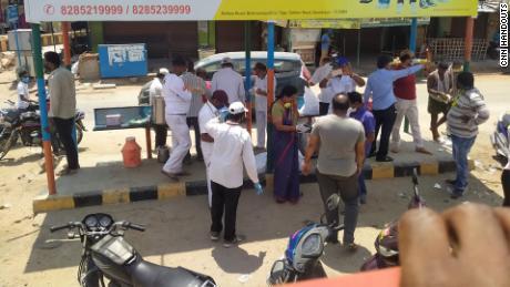 Relawan membagikan makanan kepada para migran di Jalan Raya Nasional 44.