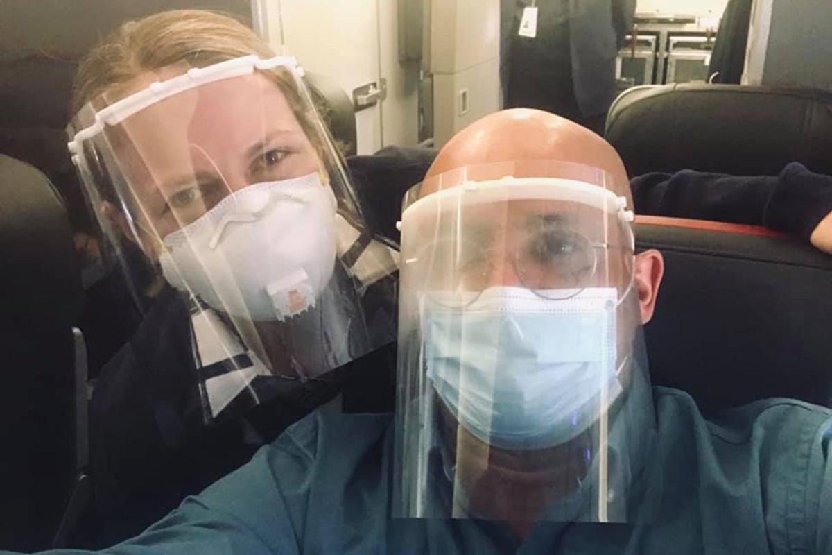 American Airlines menghentikan pramugari dengan pelindung wajah