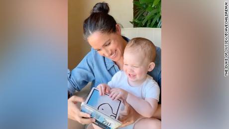 Meghan membaca dari & # 39; Bebek! Kelinci! & # 39; untuk merayakan ulang tahun putra pertama Archie
