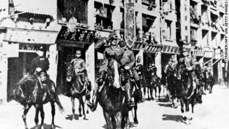 Pasukan Jepang melakukan parade melalui Hong Kong yang dikalahkan pada tahun 1941.