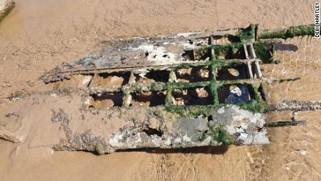 Pasangan itu menemukan bahwa para kru kemungkinan melarikan diri dari pesawat dan selamat dari kecelakaan itu.