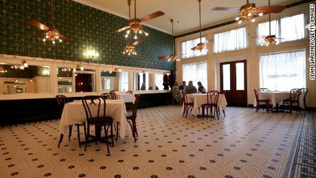 Tabel terlihat terpisah 6 kaki di Galatoire Restaurant di New Orleans, Louisiana.