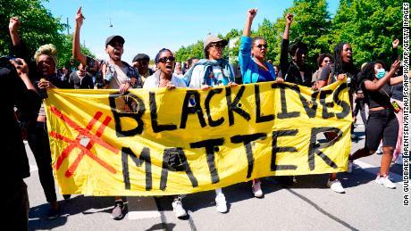 Orang-orang memprotes selama demonstrasi Black Lives Matter di depan Kedutaan Besar AS di Kopenhagen, Denmark, pada hari Minggu.
