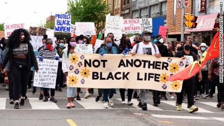 Para pengunjuk rasa meneriakkan slogan-slogan saat demonstrasi di Toronto pada 30 Mei.