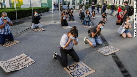 Sebuah flash mob berkumpul di luar konsulat Amerika di Milan, Italia pada 28 Mei.