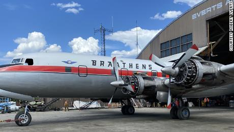 Douglas DC-6B Cloudmaster bersiap untuk penerbangan terakhirnya di Fairbanks, Alaska, pada bulan Mei.