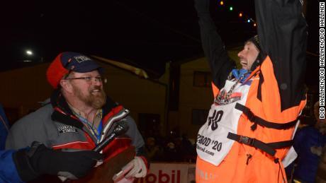Waerner mengangkat tangannya dalam kemenangan setelah menang.