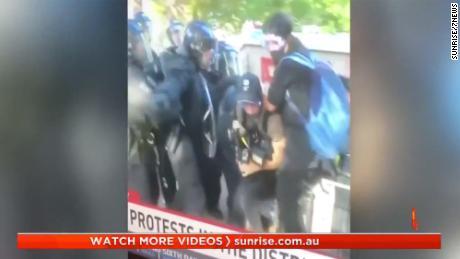 Wartawan Australia ditunjukkan diserang oleh polisi.