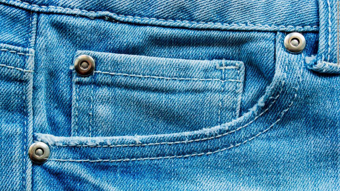 Paku keling pada celana jeans bisa menjadi sesuatu dari masa lalu