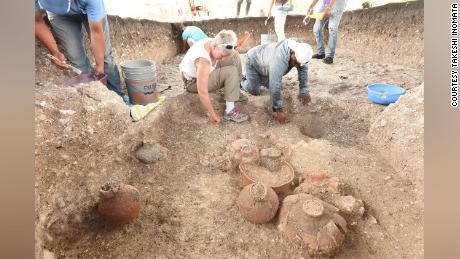 Selain memetakan Aguada Fenix dari langit, tim juga menggali situs tersebut, menemukan bejana keramik dan benda-benda lainnya.