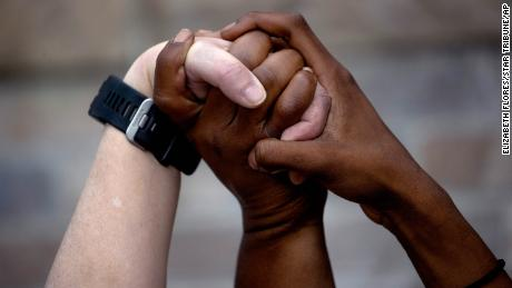 Cara menjadi anti-rasis: Bicaralah di lingkaran Anda sendiri