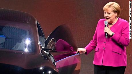 Kanselir Jerman Angela Merkel berfoto di sebelah sebuah Mercedes listrik pada tahun 2019.