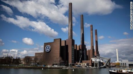 Pabrik mobil terbesar di dunia baru saja dibuka kembali. Inilah yang harus dilakukan Volkswagen