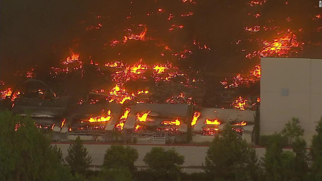Redlands fire: Pusat distribusi Amazon terbakar