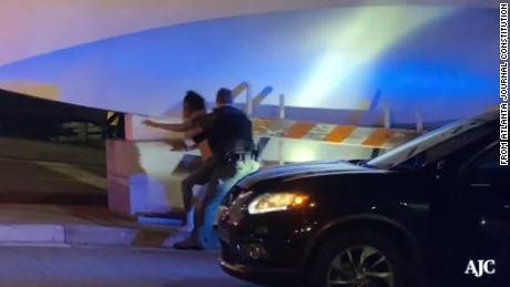 Video menunjukkan seorang wanita yang tubuhnya dibanting oleh petugas polisi Atlanta saat dia diborgol