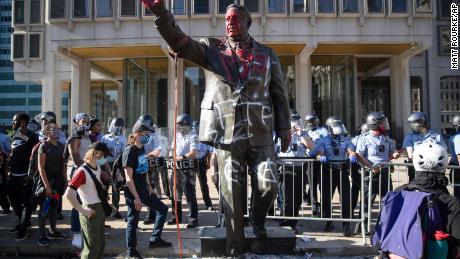 Patung kontroversial ini telah dihapus setelah protes atas kematian George Floyd