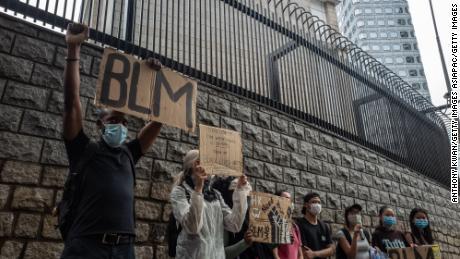 Kerumunan kecil berkumpul di luar Kedutaan Besar AS di Hong Kong.