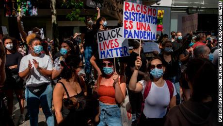 """Di Madrid, seorang pengunjuk rasa memperingatkan itu """"Rasisme sistemik adalah pandemi."""""""