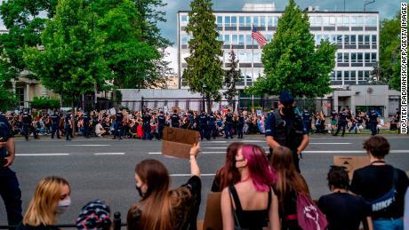 Kerumunan di luar Kedutaan Besar AS di Warsawa, Polandia.
