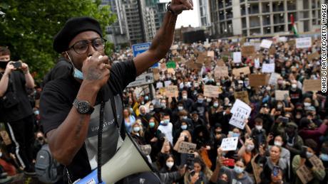Seorang aktivis berbicara kepada orang banyak di dekat Kedutaan Besar AS di London.