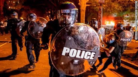 Semakin banyak seruan untuk menggelepar polisi. Inilah artinya