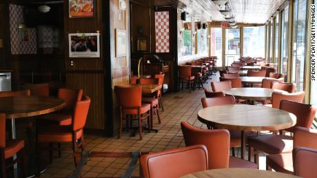Pemilik restoran dan bar mengatakan jarak sosial dapat menghapus industri mereka