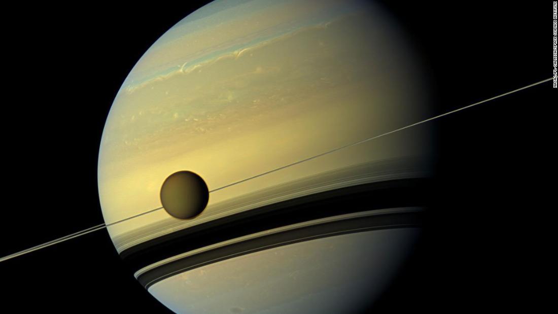 Bulan Saturnus, Titan, bermigrasi dengan cepat dari planet ini