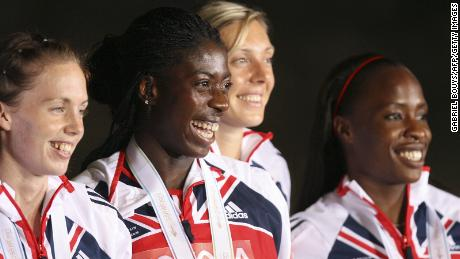 Lee Mcconnell dari Inggris, Christine Ohuruogu, Nicola Sanders dan Okoro merayakan podium setelah final estafet 4x400m putri, 02 September 2007, di Kejuaraan Atletik Dunia IAAF ke-11, di Osaka. AS menang di depan Jamaika dan Inggris.