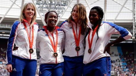 Tim estafet 4x400m putri GB merayakan merayakan penerimaan medali perunggu mereka, dari Olimpiade Beijing 2008 pada Hari Pertama Pertandingan Ulang Tahun Muller di Stadion London pada 21 Juli 2018 di London, Inggris.
