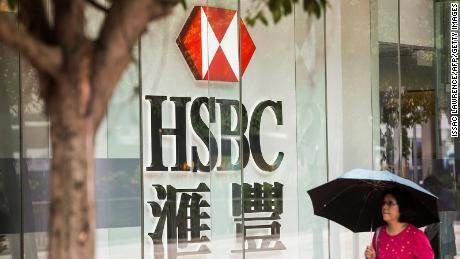 Seorang pejalan kaki berjalan melewati HSBC di Hong Kong pada 2017.