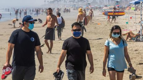 Jika Anda perlu melepas topeng Anda di pantai, lakukan saja saat Anda setidaknya berjarak enam kaki dari yang lain.