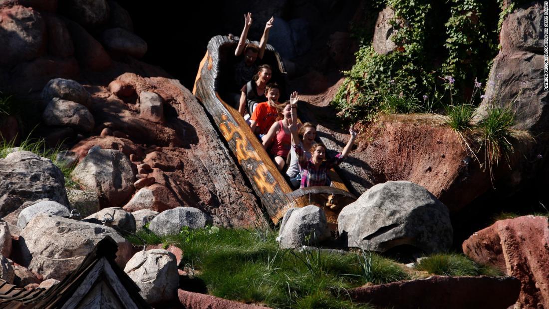 Penggemar Disney mengatakan Splash Mountain, perjalanan yang terinspirasi oleh 'Song of the South,' harus bertema ulang