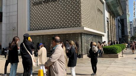 """Para pembeli berbaris untuk memasuki butik Louis Vuitton di Seoul pada bulan Mei. """"Korea Selatan hampir mencerminkan apa yang terjadi di Tiongkok,"""" kata Fflur Roberts, seorang analis di Euromonitor."""