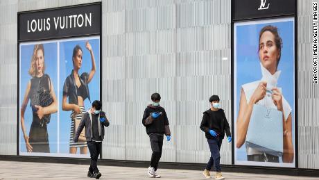 Toko Louis Vuitton yang ditutup di Wuhan pada bulan Maret. Perusahaan induknya, LVMH, mengatakan kepada investor pada bulan April bahwa penjualan telah melonjak untuk sebagian besar mereknya di Cina ketika pasar dibuka kembali.