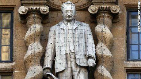 Siapakah Cecil Rhodes dan mengapa demonstran Inggris memprotes patungnya?