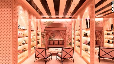 """Toko Aquazzura di Sao Paulo, Brasil. """"Saya selalu percaya pada ritel bata-dan-mortir,"""" kata Edgardo Osorio, pendiri merek sepatu Italia. """"Anda membutuhkan butik-butik ini, flagships ini atau ruang pamer fisik ini di lokasi-lokasi utama di seluruh dunia."""""""