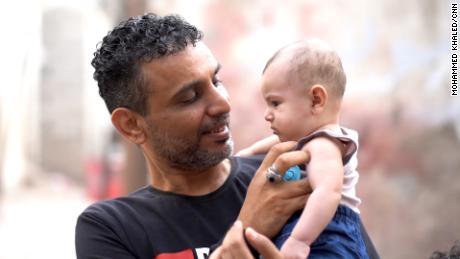 Anwar Motref membantu saudara iparnya Hmeid Mohammed menemukan tempat tidur rumah sakit di hari-hari terakhirnya. Sekarang, anak-anak Mohammed ada dalam perawatannya.