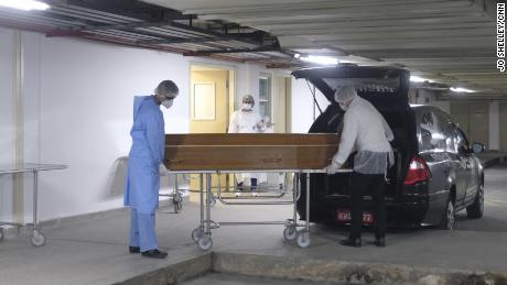 Sebuah peti mati didorong keluar dari kamar mayat di Rumah Sakit Kota Ronaldo Gazolla di Rio de Janeiro.