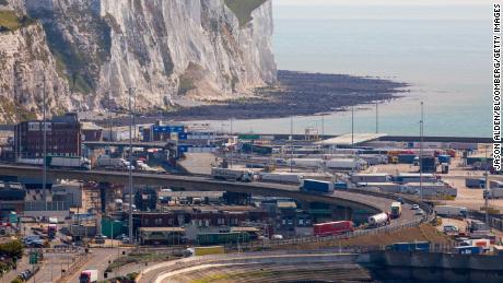 Truk berjalan melalui Pelabuhan Dover di Inggris.