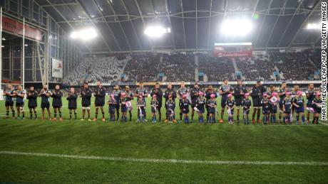 Tim Otago Highlanders berbaris sebelum dimulainya pertandingan di Forsyth Barr Stadium di Dunedin, yang pertama sejak pembatasan Covid-19 sebagian besar dicabut di Selandia Baru.