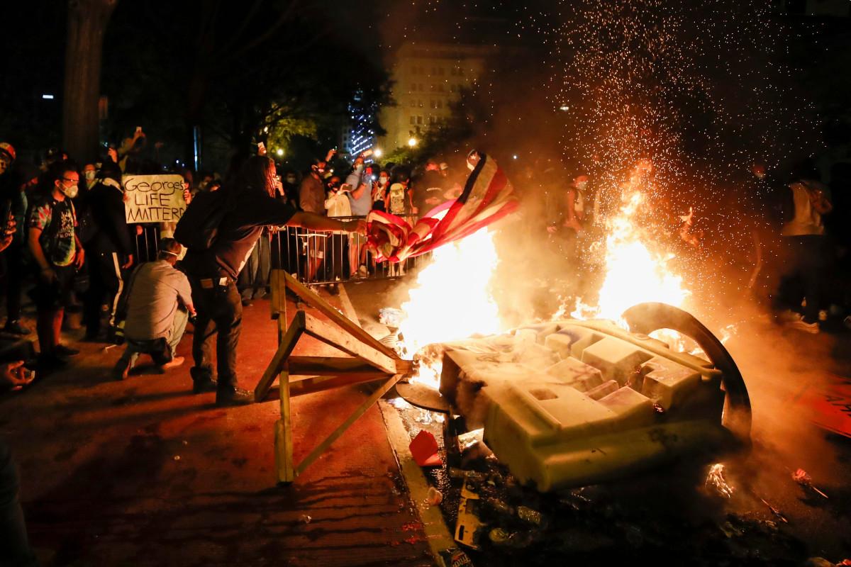 Beberapa api dinyalakan dekat Gedung Putih ketika protes D.C. terus mengamuk