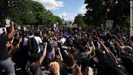 Demonstran berkumpul di dekat Gedung Putih pada hari Minggu.